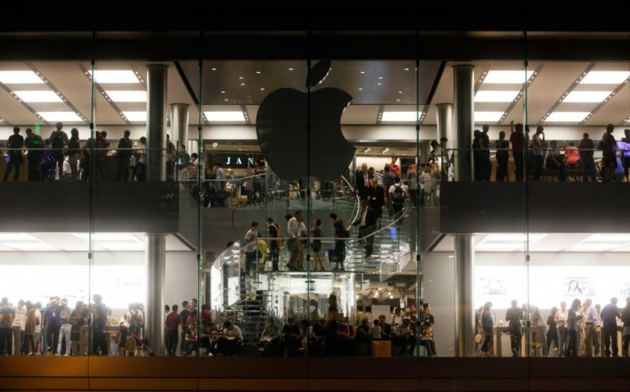 Customers-walk-past-an-Apple-logo-after-its-lighting-was-turned-off-to-mourn-Apple-founder-and-former-CEO-Steve-Jobs-at-an-Apple-Store-in-Hong-Kong-on-October-6-2011.-AP-PhotoKin-Cheung-960x598